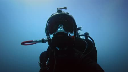 mergulhador : Diver in the water closeup footage