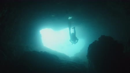 ondergronds : Large cave underwater with divers Stockvideo