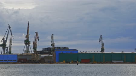 pontile : Large shipyard from afar with high cranes Filmati Stock