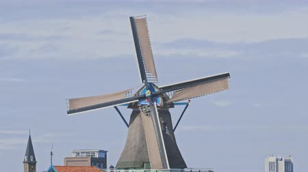 голландский : Dutch windmills in Netherlands closeup footage