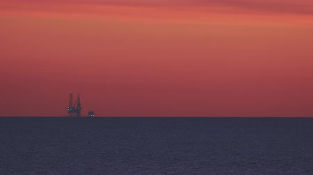 petróleo : silhouette of an oil drilling at sunset Vídeos