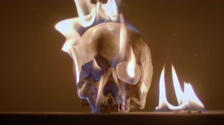 diabeł : Burning human skull closeup footage