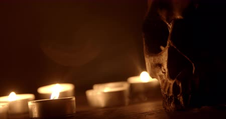 kultusz : Candles and skull closeup footage Stock mozgókép