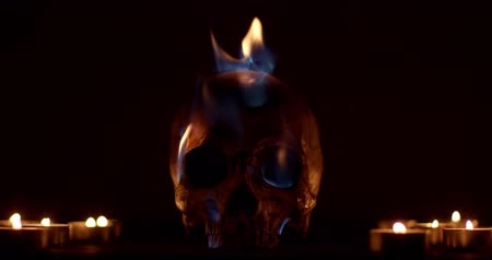сжигание : Burning human skull closeup footage