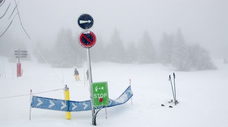 varovat se : Signs show the way for skiing