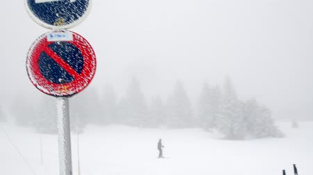 ter cuidado : Signs show the way for skiing