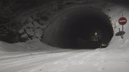 полночь : Man going through tunnel at night