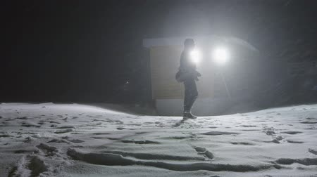 полночь : Man in the blizzard at night time