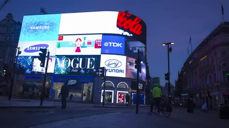 crepúsculo : Incredible time lapse view on flashing advertisement big electronic screen on London Piccadilly Circus downtown building