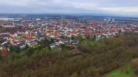 paisagem urbana : Stunning aerial 4k drone flight over calm small city cityscape with big mirror surface lake in park on cloudy day