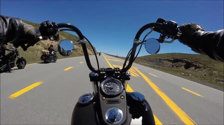 крейсер : First person pov shot of professional biker riding fast downhill on fascinating highway road on black sport motor bike