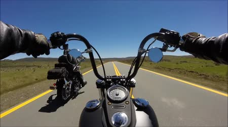 웅대 한 : First person pov shot of professional biker riding fast downhill on magnificent highway road on black sport motor bike