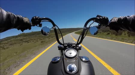 крейсер : First person pov view on professional biker riding fast downhill on spectacular highway road on black sport motor bike Стоковые видеозаписи