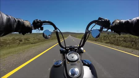 крейсер : First person pov shot of professional biker riding fast downhill highway road on black motor bike in stunning landscape