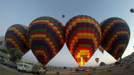 リフト : Incredible time lapse panorama view on huge colorful hot air balloons getting ready for flight adventure in empty desert