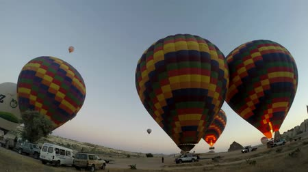 vibráló : Impressive time lapse panorama view on huge colorful hot air balloons getting ready for flight adventure in empty desert
