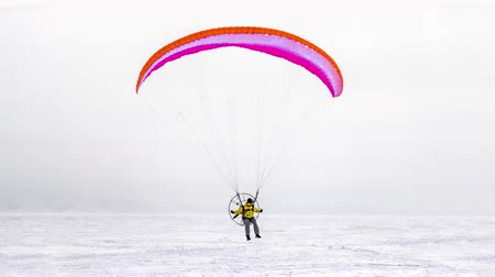 Member kitesurfing competitions in winter on a background of frozen river. 3d photo. Стоковые видеозаписи
