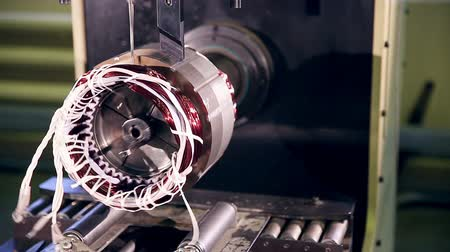 döner : Engine production factory. Electric engine production process. Stok Video