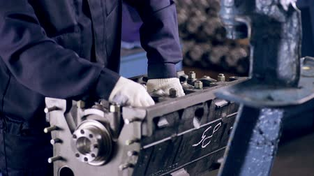 silnik : Worker making a car engine. Wideo