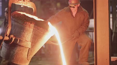 çinko : Workers on steel plant operates with molten metal. Stok Video