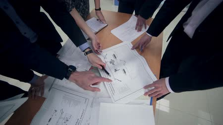 planos : Group engineers and architects discuss the blueprint. Stock Footage