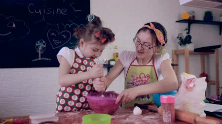 mutfak malzemesi : Mom baking with daughter in kitchen.