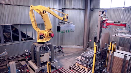 mühendislik : Robotic Arm Loading and assembling products. Stok Video