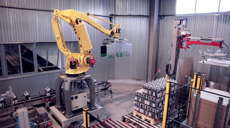 peças : Robotic Arm Loading and assembling products. Vídeos