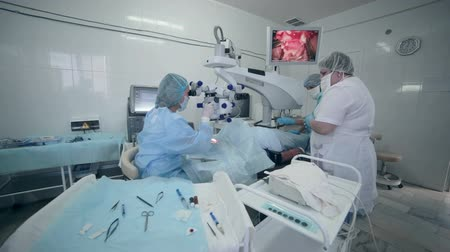 üzemeltetési : Unrecognizable Doctors team performing surgery in hospital operating room.