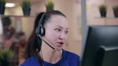 callcenter : Frendly vrouw praten over de headset in een lichte schone kantoor, call center.