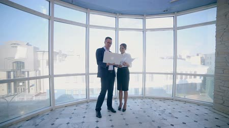 moderní : Businessmen man and woman discuss work project in a modern office building near clean panoramic window. Business concept. Steadicam shoot. Dostupné videozáznamy