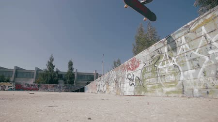deskorolka : Slow motion Skateboarder doing tricks in a city. Steadicam shoot. Wideo