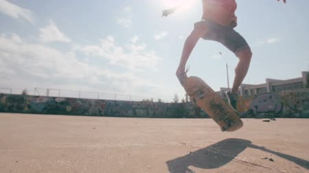 patim : Skateboarder jumping in a city skate park. Skow motion. Steadicam shoot.