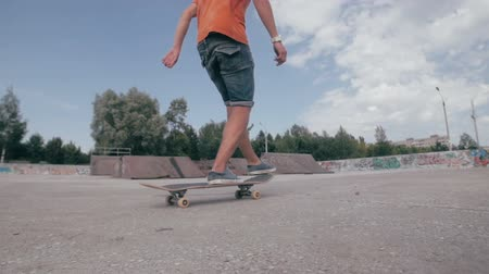 deskorolka : Unrecognizable young man skateboarding. Close-up. SLOW MOTION. Wideo