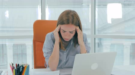 stres : Young attractive businesswoman having sudden headache in the office. Healthcare and stress concept.