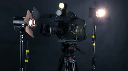 videocamera : Camcorder, video camera and professional studio lights in a broadcasting studio. Stock Footage