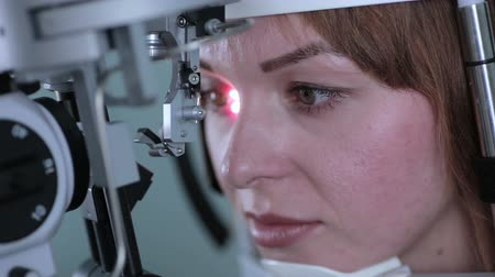 zkontrolovat : Ophthalmologist checks womans eyes.