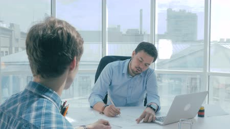 рабочих мест : Director discuss construction project with employee in new modern office.