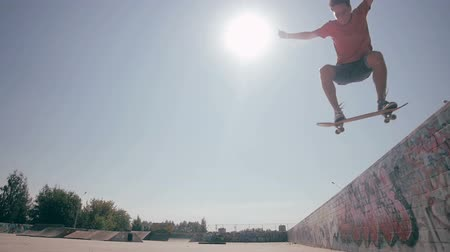silhouette patinage : Skateboarder effectuant des tours.