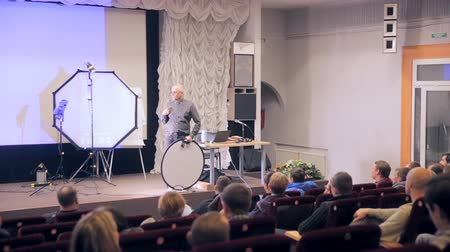 boxe : MOSCOW, RUSSIA - OCT 15 , 2016: Speaker presents products, listeners on seminar, presentation in a auditorium listening.
