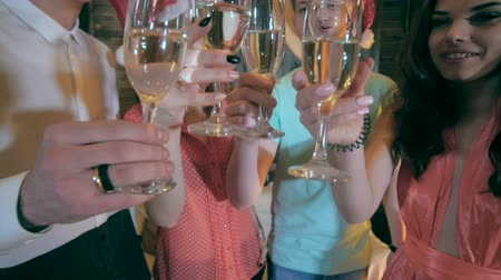 ünnepli : Christmas Celebration. Friends holding glasses of champagne making a toast. Cheers. Close up.