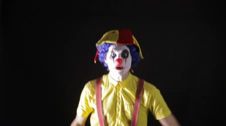 тревожный : Terrible horror clown. Scary mad Juggler clown using juggling pins.