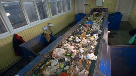 ремень : Sorting conveyor belt in a recycling plant.