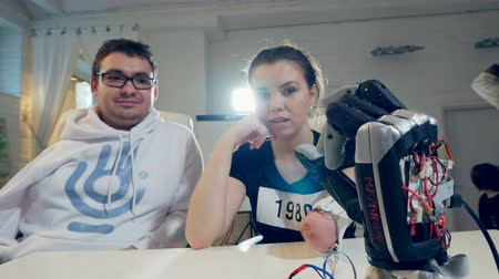 pétala : Young woman without arm using adjustable bionic prosthetic for the first time.