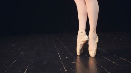 bale : Legs in pointe shoes. Close-up. Dolly. HD. Stok Video