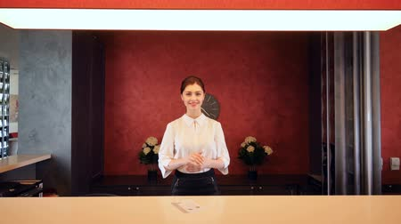 отель : Receptionist greeting hotel guest, giving room key. 4K.