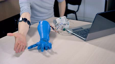 érzékelő : An engineer walks a robotic hand through different motions.