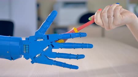 робот : A bionic hand takes a screwdriver. Стоковые видеозаписи