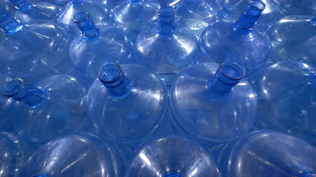galão : Great number of 19 liter plastic bottles. Vídeos