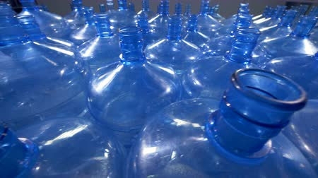 reutilizável : A lot of 19 liter plastic bottles for drinking water distribution.